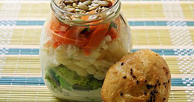 Салат с цветной капустой, брокколи и йогуртовым соусом (салат в банке)