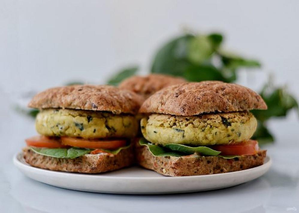 Beatos vegetariškas burgeris (mėsainis) su tofu ir daržovėmis
