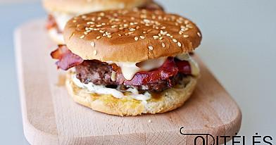 Домашний бургер - бургер с говядиной, хрустящими кусочками свинины и свежим соусом