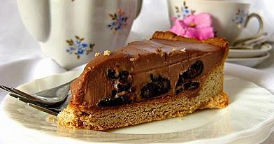 Pyragas su džiovintomis slyvomis ir šokoladiniu kremu