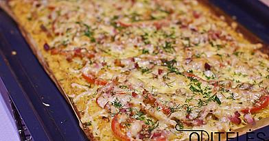 Картофельная пицца в духовке со свиным беконом, помидорами и сыром