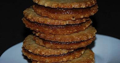 Riešutiniai sausainiai su karamelės įdaru