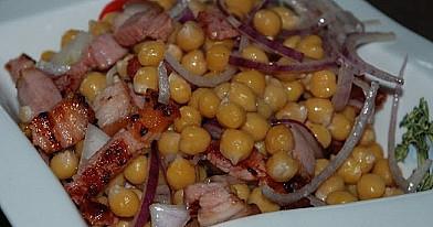Šiltos avinžirnių salotos
