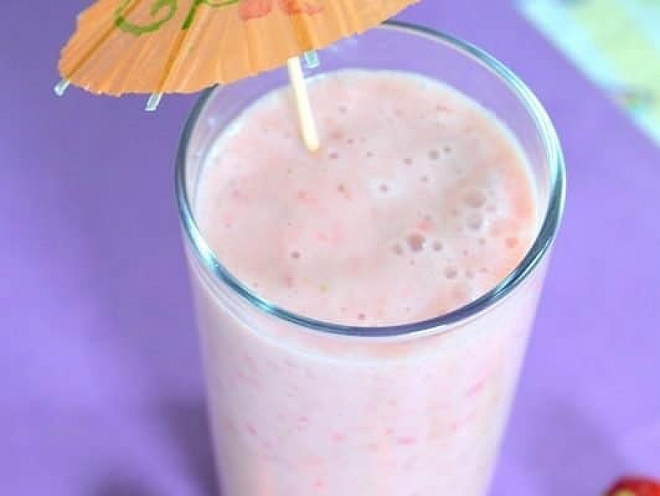 Strawberries, bananas and pineapple cocktail