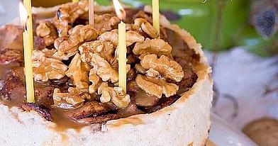 Varškės pyragas su obuoliais, graikiniais riešutais ir sūdyta karamele