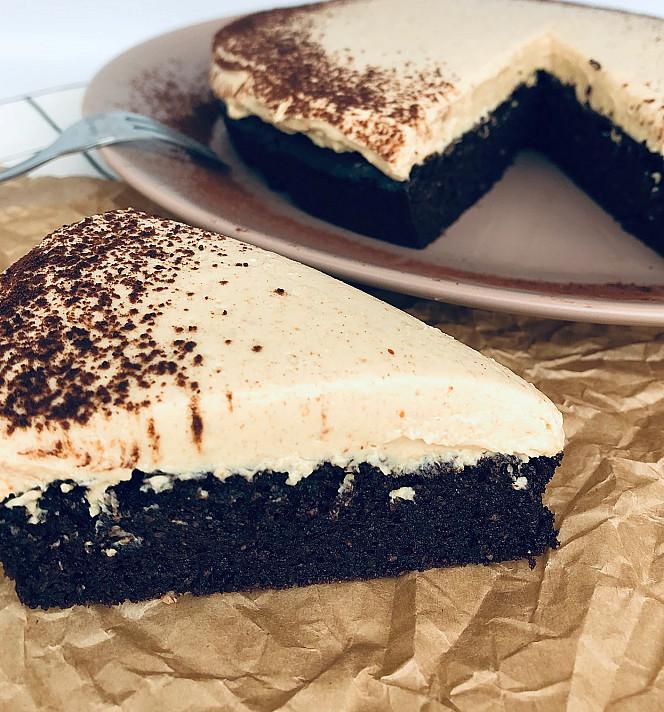 Keto šokoladinis pyragas su kreminiu sūriu arba maskarpone be cukraus