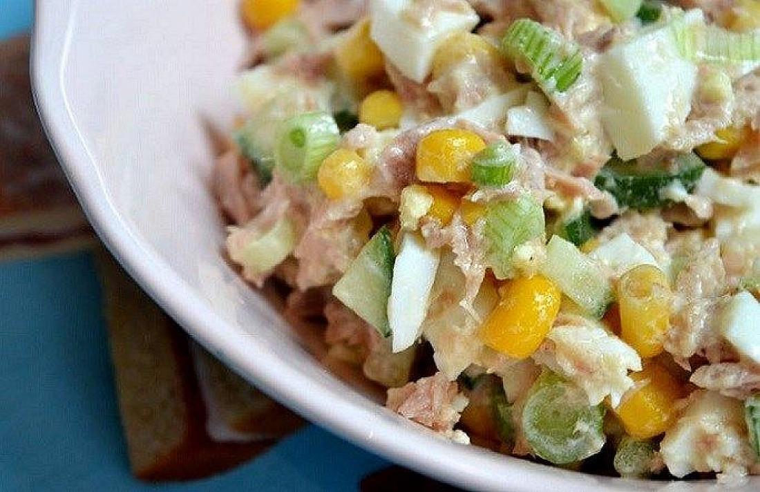 Tuno salotos su konservuotais kukurūzais, agurkais, kiaušiniais ir majonezu
