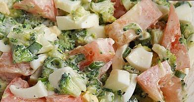 Brokolinių kopūstų ir pomidorų mišrainė