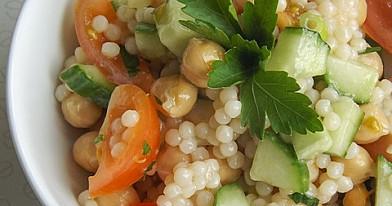 Perlinis kus kus arba kuskuso kruopų salotos su avinžirniais