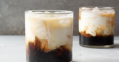 White russian (baltasis rusas) kokteilis su degtine, kavos likeriu ir pienu