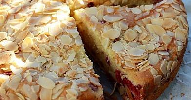 Purus pyragas su avietėmis
